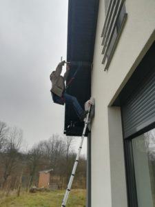 Montaż i ustawienie anteny satelitarnej na ścianie budynku