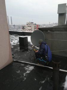 Montaż anten satelitarnych na dachu budynku na Śląsku