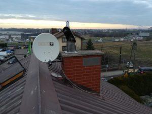 Montujemy antenę satelitarną na dachu blisko komina