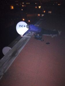 Montowanie anten satelitarnych wieczorem