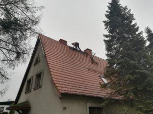 Nasz monter na dachu wysokiego domku jednorodzinnego