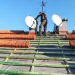 montaż 2 anten satelitarnych na dachu