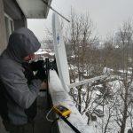 montaż anteny satelitarnej na balkonie