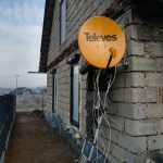 montaż anteny telves na ścianie budynku